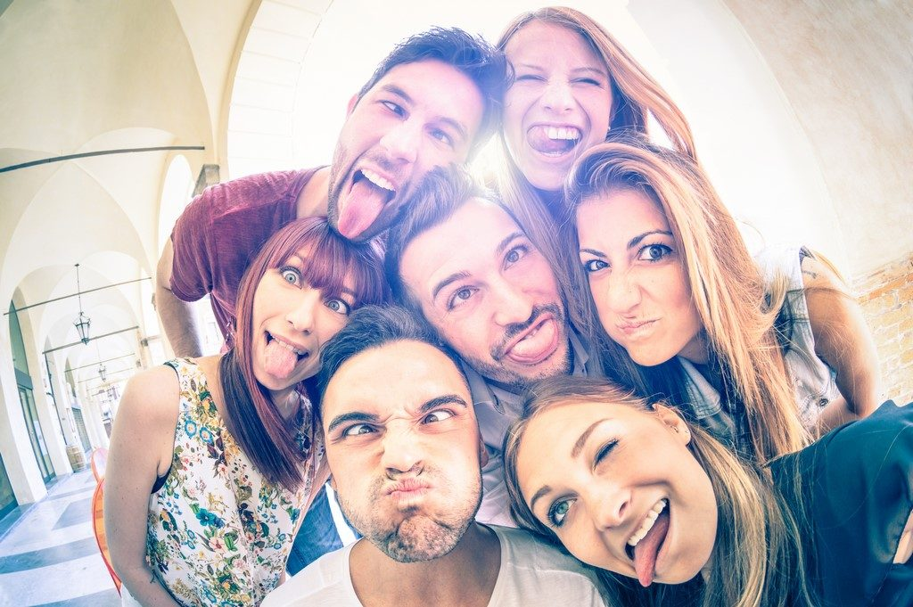 Mejores amigos haciéndose un selfie