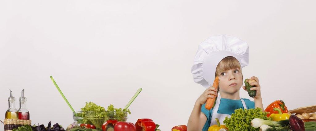 niño preparando ensalada